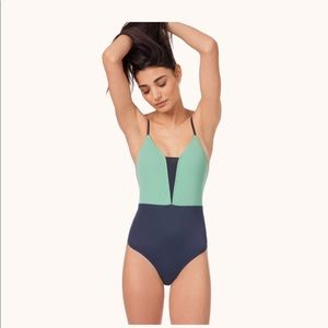 Lively V-One piece in mint/navy
